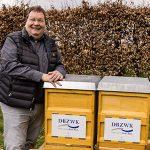 Harald Röder mit den neuen Bienenstöcken