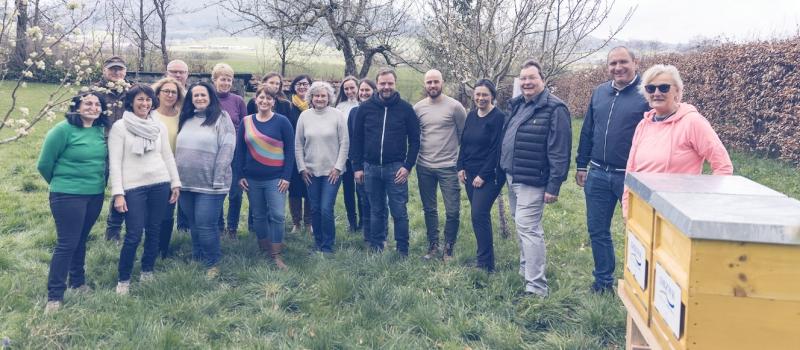 Mitarbeitende der DBKW und die neuen Bienenstöcke